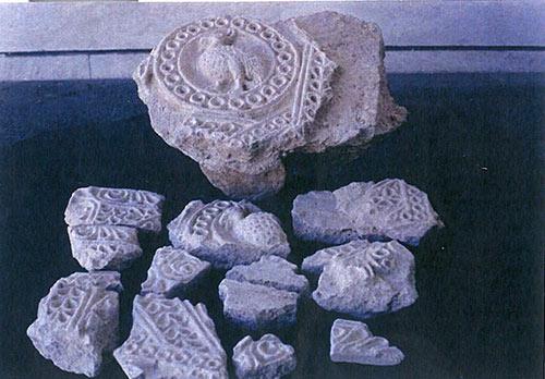 بقایای گچبری های ساسانی - اسلامی